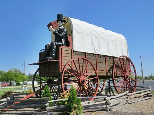 World's Largest Covered Wagon in Lincoln Route 66