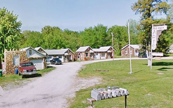 Street view of Red Rocks Apartments, former White's Court in Carthage MO, Route 66