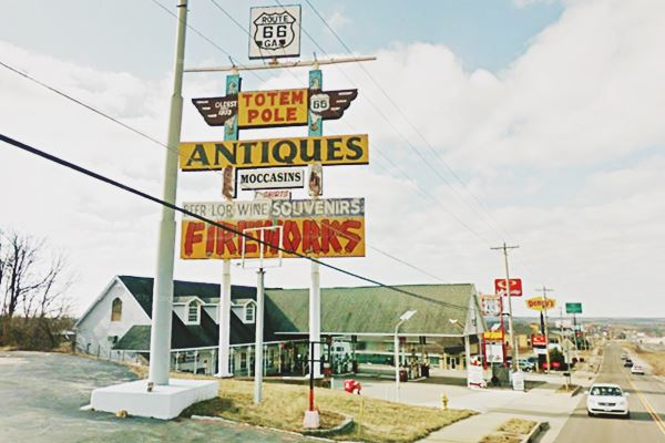 Totem Pole Antiques Store Route 66 in Rolla, Missouri