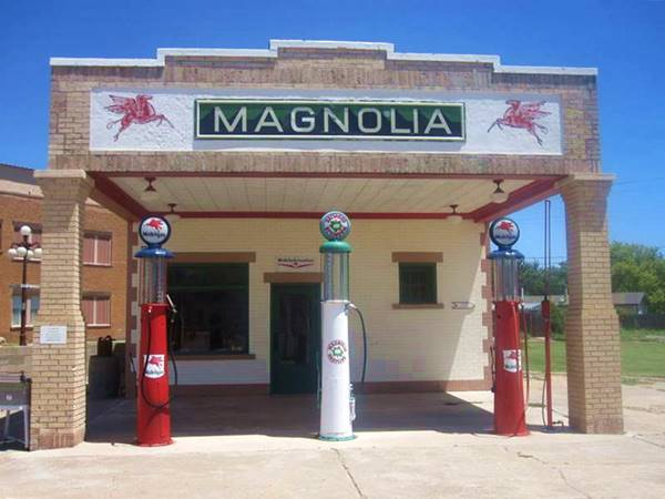 Route 66 Magnolia service station at Shamrock